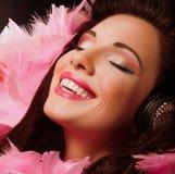 Έμπνευση. Φανταχτερή εύθυμη και ευτυχής γυναίκα με το ρόδινο χαμόγελο φτερών. Ευχαρίστηση στοκ φωτογραφία με δικαίωμα ελεύθερης χρήσης