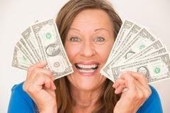 Χαρούμενη γυναίκα που παρουσιάζει το αμερικανικό δολάριο στοκ εικόνες