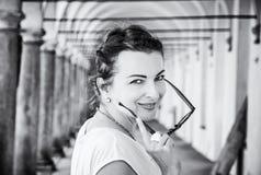 Χαρούμενη γυναίκα στο μεσαιωνικό διάδρομο, Telc, άχρωμο Στοκ φωτογραφία με δικαίωμα ελεύθερης χρήσης