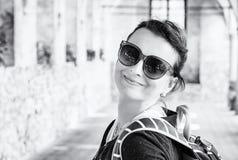 Χαρούμενη γυναίκα στο μεσαιωνικό διάδρομο, Telc, άχρωμο Στοκ Εικόνα