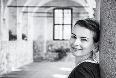 Χαρούμενη γυναίκα στο μεσαιωνικό διάδρομο, Telc, άχρωμο Στοκ εικόνα με δικαίωμα ελεύθερης χρήσης