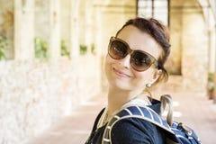 Χαρούμενη γυναίκα στο μεσαιωνικό διάδρομο, Telc, Τσεχία Στοκ φωτογραφία με δικαίωμα ελεύθερης χρήσης