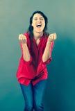 Χαρούμενη γυναίκα της δεκαετίας του '30 που φωνάζει με την πλήρους ευφορίας γλώσσα του σώματος Στοκ Φωτογραφίες
