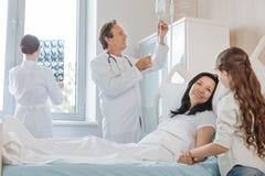 Χαρούμενη γυναίκα της Νίκαιας που βρίσκεται στο νοσοκομειακό κρεβάτι Στοκ εικόνες με δικαίωμα ελεύθερης χρήσης