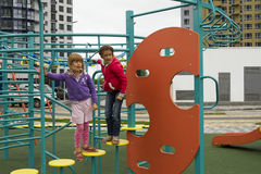 Χαρούμενη ενεργός παιδική ηλικία Εύθυμα παιδιά που παίζουν στην παιδική χαρά Παιδιά που έχουν τη διασκέδαση το καλοκαίρι Στοκ Φωτογραφία