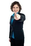 Χαρούμενη εταιρική γυναίκα που δείχνει σας έξω Στοκ εικόνες με δικαίωμα ελεύθερης χρήσης
