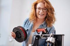 Χαρούμενη ευτυχής γυναίκα που εξετάζει σας Στοκ εικόνες με δικαίωμα ελεύθερης χρήσης