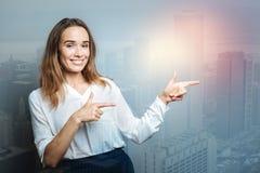Χαρούμενη ευτυχής επιχειρηματίας που εξετάζει σας Στοκ Εικόνα