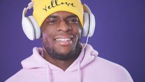 Χαρούμενη ευτυχής μουσική ακούσματος ατόμων hipster με τα ακουστικά φιλμ μικρού μήκους