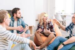 Χαρούμενη ευχαριστημένη ομάδα εργαζομένων γραφείων που παίζουν ένα παιχνίδι Στοκ Εικόνα