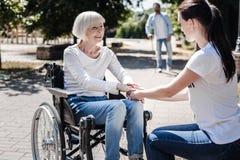 Χαρούμενη ηλικίας γυναίκα που είναι ευγνώμων για την υποστήριξη στοκ φωτογραφία