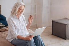 Χαρούμενη θετική γυναίκα που κυματίζει το χέρι της Στοκ Εικόνες