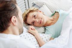 Χαρούμενη κυρία που απολαμβάνει ξυπνήστε με το σύζυγο Στοκ εικόνες με δικαίωμα ελεύθερης χρήσης