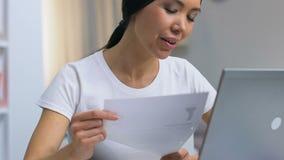 Χαρούμενη κυρία freelancer που τσαλακώνει το έγγραφο και που ρίχνει έξω, θετική σκέψη φιλμ μικρού μήκους