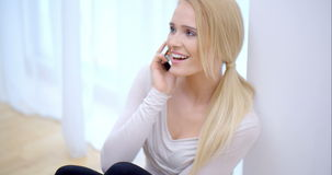 Χαρούμενη νέα γυναίκα που κουβεντιάζει σε την κινητή απόθεμα βίντεο