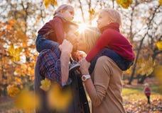Χαρούμενη οικογένεια που απολαμβάνει το μεγάλο, φθινοπωρινό καιρό στοκ εικόνες