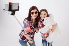 Χαρούμενη οικογένεια που παίρνει selfie στο στούντιο Στοκ φωτογραφία με δικαίωμα ελεύθερης χρήσης