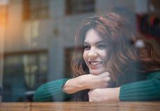 Χαρούμενη προσοχή κοριτσιών στην οδό μέσω του παραθύρου Στοκ Εικόνα