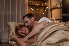 Χαρούμενη χαλάρωση συζύγων και συζύγων στις κλινοστρωμνές Στοκ φωτογραφία με δικαίωμα ελεύθερης χρήσης