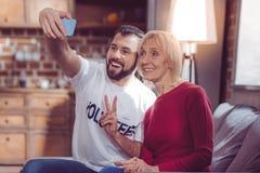 Χαρούμενοι άνθρωποι που θέτουν στη κάμερα Στοκ εικόνες με δικαίωμα ελεύθερης χρήσης