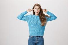Χαρούμενοι γοητευτικοί ευρωπαϊκοί θηλυκοί δείκτες εκμετάλλευσης στα αυτιά για να μην ακούσει, εκφράζοντας τον ενθουσιασμό και τις Στοκ Εικόνες