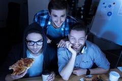 Χαρούμενοι θετικοί φίλοι που απολαμβάνουν το χρόνο τους από κοινού Στοκ Εικόνες