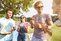 Χαρούμενοι τύποι και κορίτσια που απολαμβάνουν τα φρέσκα τρόφιμα Στοκ εικόνα με δικαίωμα ελεύθερης χρήσης