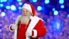 Χαρούμενος Άγιος Βασίλης χορεύει στο μπλε υπόβαθρο φιλμ μικρού μήκους