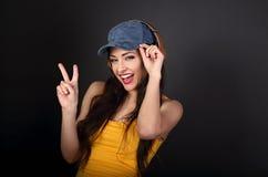 Χαρούμενος έφηβος που ακούει η μουσική στο χρυσό ασύρματο ακουστικό α Στοκ Φωτογραφία