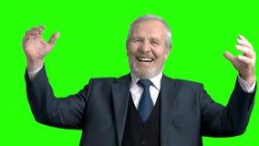 Χαρούμενος ανώτερος επιχειρηματίας, πράσινο υπόβαθρο απόθεμα βίντεο