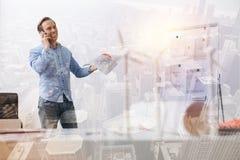 Χαρούμενος ανώτερος μηχανικός eco που μιλά στο τηλέφωνο Στοκ φωτογραφία με δικαίωμα ελεύθερης χρήσης
