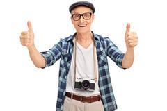 Χαρούμενος ανώτερος τουρίστας που δίνει δύο αντίχειρες επάνω στοκ εικόνες με δικαίωμα ελεύθερης χρήσης