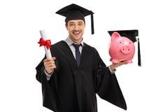 Χαρούμενος απόφοιτος φοιτητής που κρατά ένα δίπλωμα και ένα piggybank Στοκ Φωτογραφίες
