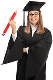 Χαρούμενος απόφοιτος φοιτητής που κρατά ένα μεγάλο μολύβι Στοκ φωτογραφία με δικαίωμα ελεύθερης χρήσης