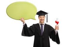 Χαρούμενος απόφοιτος φοιτητής που κρατά μια λεκτική φυσαλίδα και ένα δίπλωμα Στοκ Εικόνες