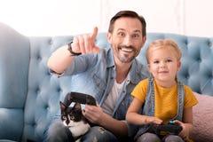 Χαρούμενος ευτυχής πατέρας που δείχνει σε κάτι Στοκ εικόνα με δικαίωμα ελεύθερης χρήσης