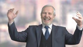 Χαρούμενος ηλικιωμένος επιχειρηματίας, σε αργή κίνηση απόθεμα βίντεο