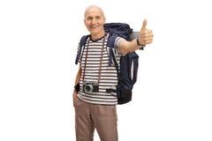 Χαρούμενος ηλικιωμένος οδοιπόρος που δίνει έναν αντίχειρα επάνω στοκ εικόνες
