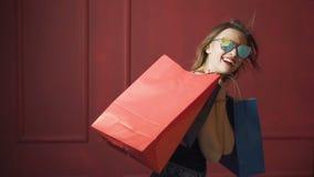 Χαρούμενος θηλυκός αγοραστής απόθεμα βίντεο