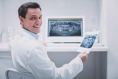 Χαρούμενος ιατρικός εργαζόμενος που εξετάζει ευθύς τη κάμερα στοκ εικόνες με δικαίωμα ελεύθερης χρήσης