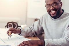 Χαρούμενος σπουδαστής μηχανικών που χρησιμοποιεί το ζευγάρι των πυξίδων Στοκ Εικόνα