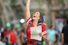 Χαρούμενος τουρίστας εφήβων που κρατά έναν χάρτη στην οδό στοκ φωτογραφίες