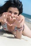 Χαρούμενος χρόνος στην παραλία, κυρία που φορά το μπικίνι Στοκ Εικόνες