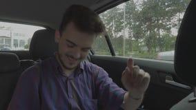Χαρούμενο άτομο εφήβων που χορεύει μέσα στο αυτοκίνητο ταξιδιού ευτυχές στη μετάβαση στις διακοπές οδικού ταξιδιού - απόθεμα βίντεο