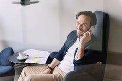 Χαρούμενο άτομο που χρησιμοποιεί το smartphone για την επικοινωνία Στοκ εικόνα με δικαίωμα ελεύθερης χρήσης