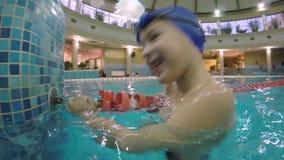 Χαρούμενο αγόρι στην πισίνα απόθεμα βίντεο