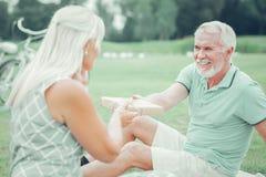 Χαρούμενο γενειοφόρο άτομο που δίνει ένα παρόν στη σύζυγό του στοκ φωτογραφία με δικαίωμα ελεύθερης χρήσης