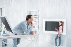 Χαρούμενο ευτυχές κορίτσι που δείχνει στην οθόνη Στοκ Εικόνες
