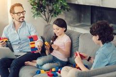 Χαρούμενο ευτυχές οικογενειακό παιχνίδι με το σύνολο κατασκευής Στοκ φωτογραφία με δικαίωμα ελεύθερης χρήσης