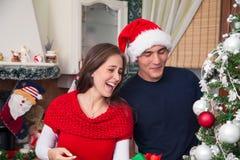 Χαρούμενο ζεύγος που γελά στα Χριστούγεννα Στοκ εικόνα με δικαίωμα ελεύθερης χρήσης